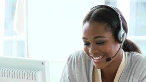 chica con auriculares en el servicio de atencion al cliente